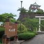 城山公園入り口(石垣下から)