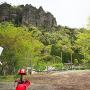 密岩神社から岩櫃山を望む