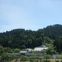 亀田城(手前)と赤尾津城(奥の高城山)