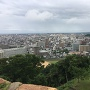 天守台から市街地を見る