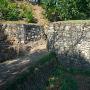 物見台下虎口の石積みと土橋