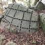 矢穴の残る石(指月山詰丸跡)