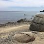 かもめ石(沖の石杭のある岩)と矢穴のある残石