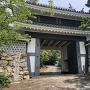田原市民俗資料館前から桜門を望む