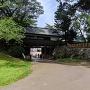冠木門と石碑
