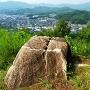主郭に放置された石と眺望