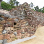 城門跡付近から、復元石積みの曲面
