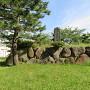 石垣に建つ城址碑