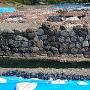 本丸  家康の石垣、奥にある石垣が豊臣の石垣