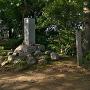本丸跡搦手口の城址碑