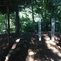 山頂の城址碑