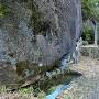 清水門脇の大岩下の湧水