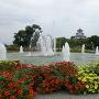 豊公園の噴水越しに