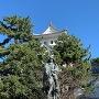 戸田氏鉄騎馬像と大垣城