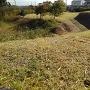 掘の形に回り込む本丸土累 その先に二の丸跡
