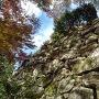 小銃櫓の石垣を見上げる