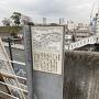 本覚寺入口にある神奈川宿歴史の道案内板