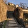 自然の岩を利用した塀、石垣と漆喰塀