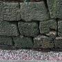 石垣に残る堀の痕跡と刻印