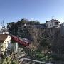 堀跡を走る名鉄電車