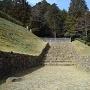 櫓門の礎石がみえる石段