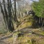 南東尾根の堀切と岩壁
