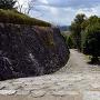 筒井古城天守跡の石垣と石畳