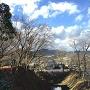 長篠城稲荷から長篠城址史跡保存館と水堀を撮影