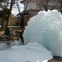 氷結した懐古園の噴水[提供:一般社団法人こもろ観光局]