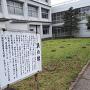 矢部高校の校舎に囲まれている礎石群。