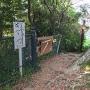 観音像のある曲輪跡からの本郭への入口