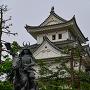 戸田氏鉄像と天守