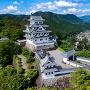 ドローンで空撮した岐阜県の郡上城の風景[提供:zheng qiang / Adobe Stock]