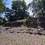 本丸石垣と集水桝(井戸)跡