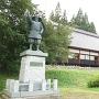雨の南部光信公像と光信公の館