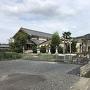 土塁と八幡神社と城址碑