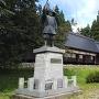 光信公の像と館