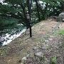 坤櫓跡と土塀礎石