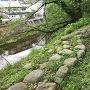 屏風折れの土塀礎石
