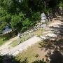 鉄櫓の裏手から豊川沿いへのルートの石垣