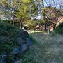 二の丸枡形虎口の石垣と本丸土塁