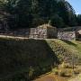 大門跡の堀、土橋と石垣