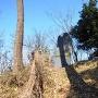 倒れそうな城跡碑