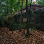 巨石と看板