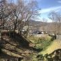 堀と土塁 線路側から
