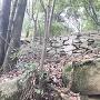 休憩所下の巨石のさらに下
