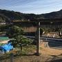 奥山神社鳥居前から道路越しに見える小山の幟