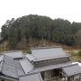 隣の浅井氏城を望む