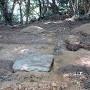 散乱する割石(八幡台)[提供:米子市教育委員会]