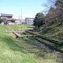 本丸土塁と堀(西側)